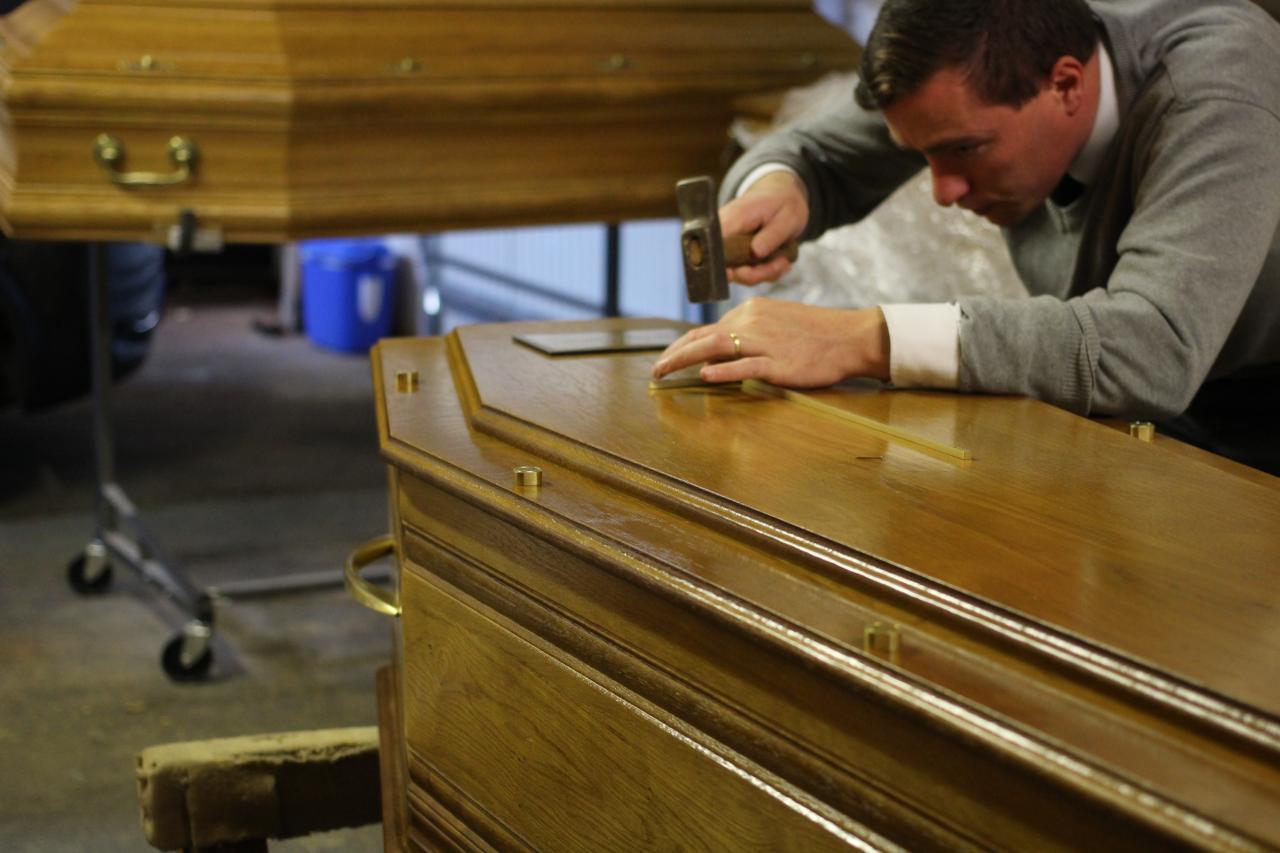 Préparation de cercueils - Caritas Obsèques